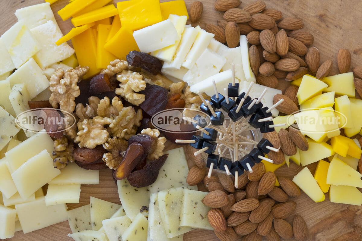 Ποικιλία τυριών με ξηρούς καρπούς και αποξηραμένα φρούτα
