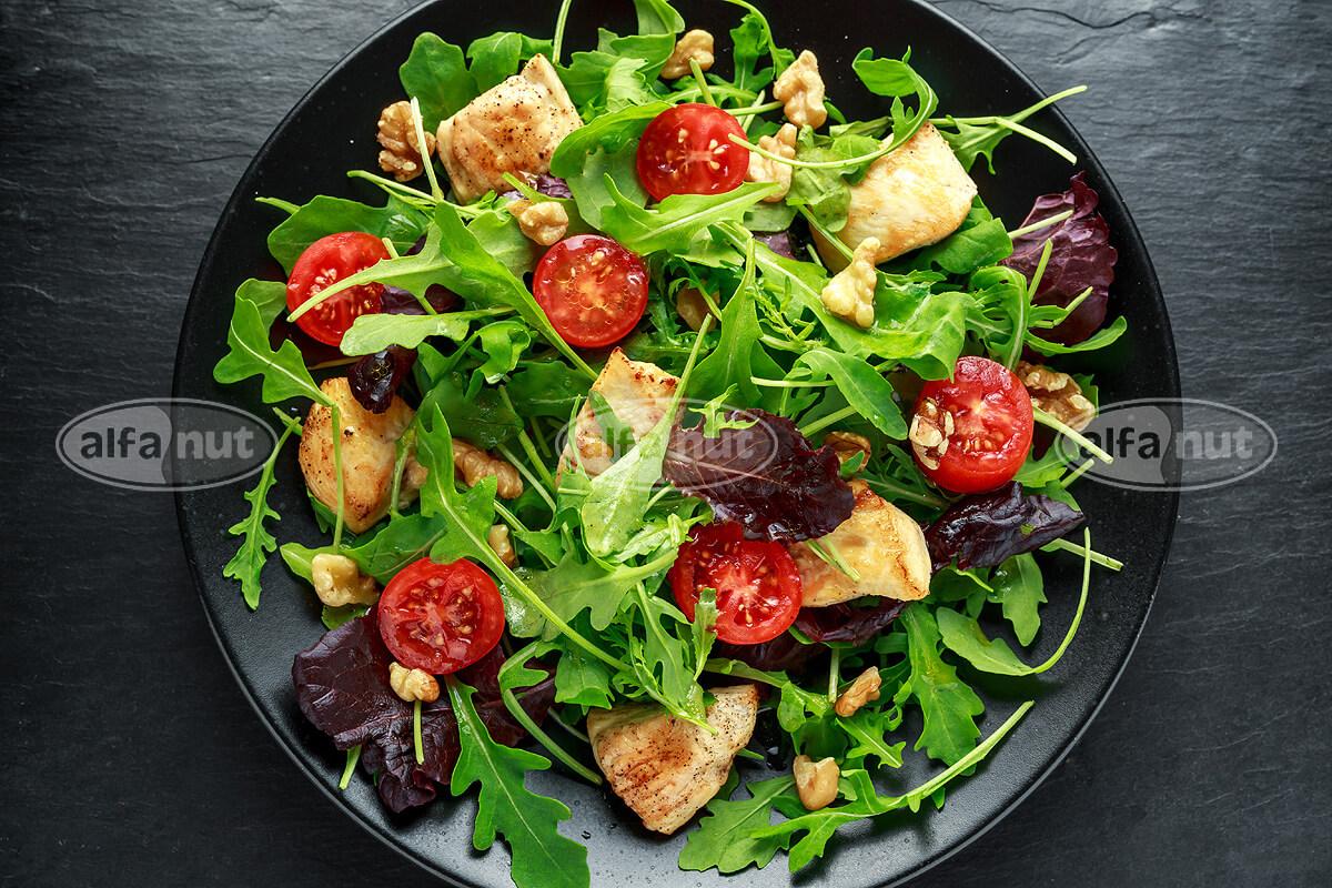 Σαλάτα με στήθος κοτόπουλου, ρόκα, ξηρούς καρπούς και τοματίνια